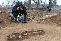 Na stavbě obchvatu Znojma našli při záchranném výzkumu archeologové pod vedením Davida Humpoly kostru ženy z doby kamenné.