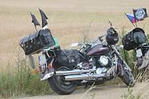 Odpolední srážka dvou motorkářů, kteří jeli v koloně s dalšími, dopadla bez větších zranění.