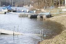 Voda v nádrži vranovské přehrady dosahuje až ke stromům na pláži. Nádrž je prakticky plná.