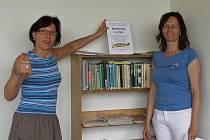 Od středy 1. června nabízí krumlovské koupaliště návštěvníkům také novou službu. Pracovnice knihovny připravily knihovničku plnou časopisů a vyřazených knih.