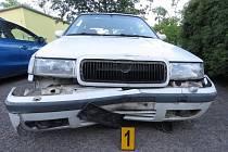 Poškozená škodovka po nárazu do dvou dopravních značek.