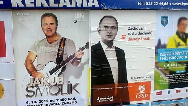 Hejtman Jihomoravského kraje se na plakátovací ploše v Městském parku ve Znojmě objevil vedle muzikanta Jakuba Smolíka.