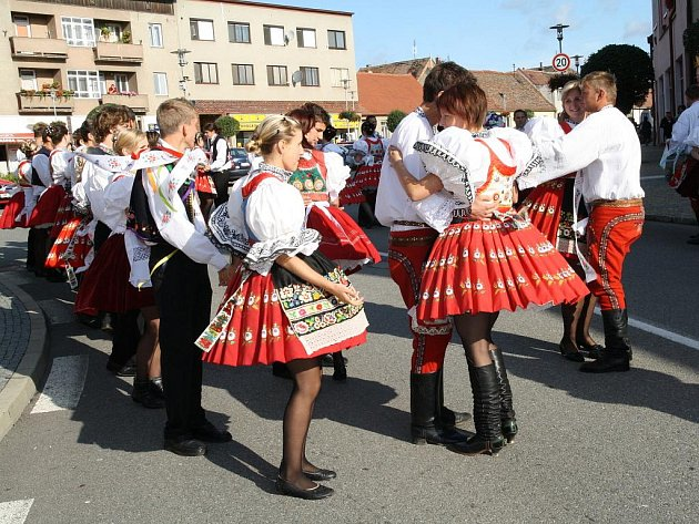 Oslavy tradičních krojovaných hodů slavili miroslavští tři dny a tři noci. Radnice zůstala věrná tradičnímu schématu oslav poděkování za úrodu.