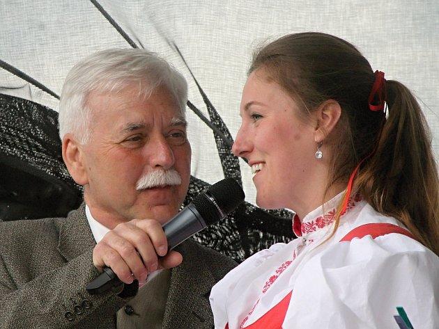 Přehlídka dechových hudeb odstartovala v neděli Májové slavnosti ve Znojmě. Vystupující představoval moderátor Karel Högner.