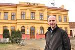 Starosta Strachotic Luděk Müller před budovou základní školy