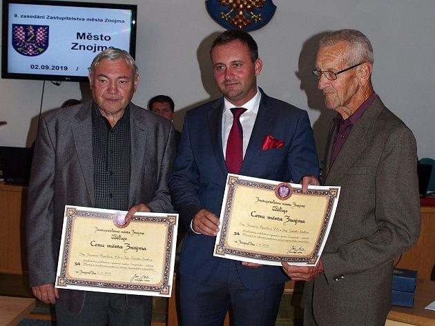 Jaromír Čepička (vlevo) přebírá se Zdeňkem Simkem (vpravo) Cenu města Znojma zrukou starosty Jana Groise.