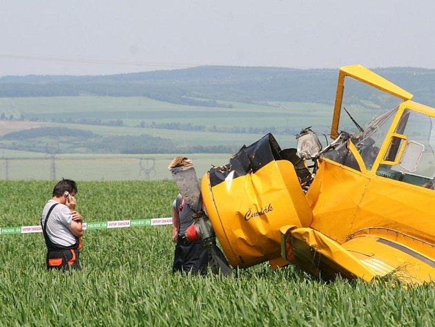 Nedaleko Moravského Krumlova mezi obcemi Polánka a Jamolice spadlo ve čtvrtek po poledni práškovací letadlo typu Čmelák.