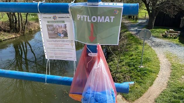 Česko zaplavily pytlomaty, cestou do přírody si z nich nadšenci berou rukavice, sáčky i pytle na sběr odpadků.