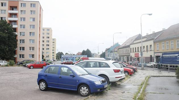 Konec parkování? Radní Znojma chtějí prodat pozemek naproti Gogo klubu