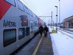 Do Vídně lze ze Znojma jet vlakovou souopravou rakouských drah. Říkají ji Wiesel.