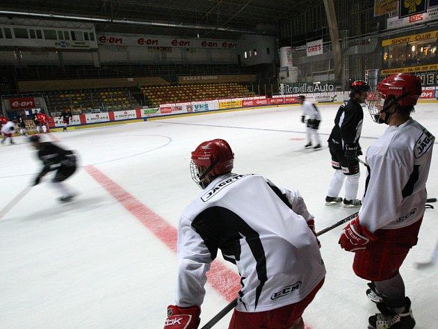 Znojemští hokejisté dnes poprvé vyjeli na led. Dvou hodinovým tréninkem  tak přesunuli letní přípravu na led Hostan areny.