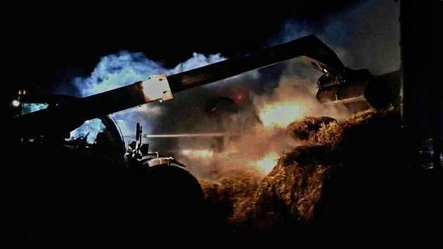 U obce Litobratřice hořel návěs s balíky slámy.