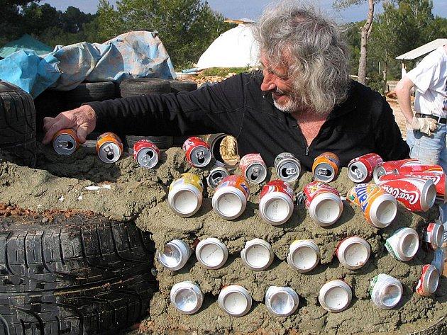 Michael Reynolds staví zeď z plechovek.