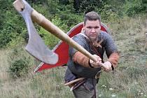 Martin Novák alias Viking Gortek Grom utíká z moderního světa do středověké historie severu. Do šarvátek i dílny, v níž vyrábí dobové doplňky. Foto: osobní archív