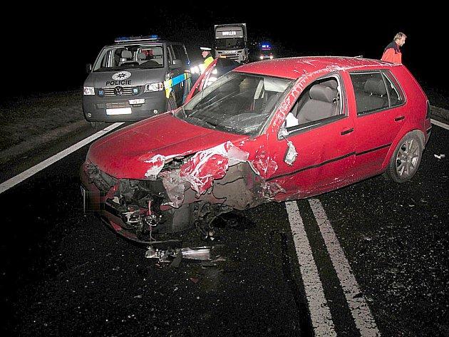 Předjíždění na plné čáře skončilo srážkou aut.