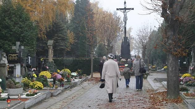 Vzpomínka na všechny věrné zemřelé či lidově Dušičky, si  připomněly při obřadu na znojemském městském hřbitově desítky lidí.