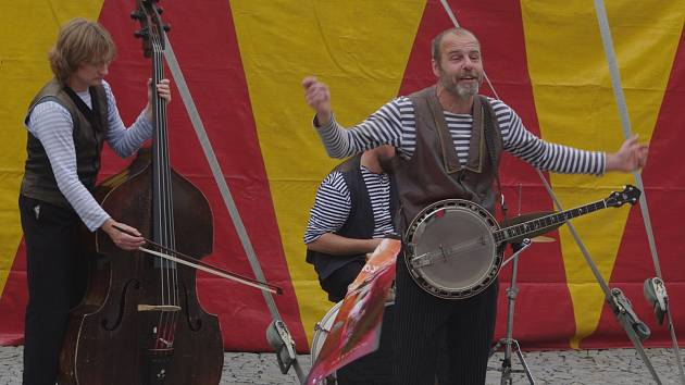 Orchestr Péro za kloboukem vyhrával ve středu odpoledne v centru Znojma u příležitosti zahájení druhého ročníku festivalu Znojmo žije divadlem.