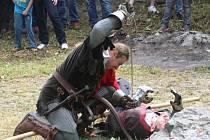 Znojemská skupina historického šermu Albion zahájila letošní sezonu an zřícenině hradu Cornštejn.