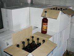 Distributora, který pravděpodobně dodával neznačený a nezdaněný alkohol do skladu na Znojemsku, odhalili jihomoravští celníci v rodinném domě na Havlíčkobrodsku.