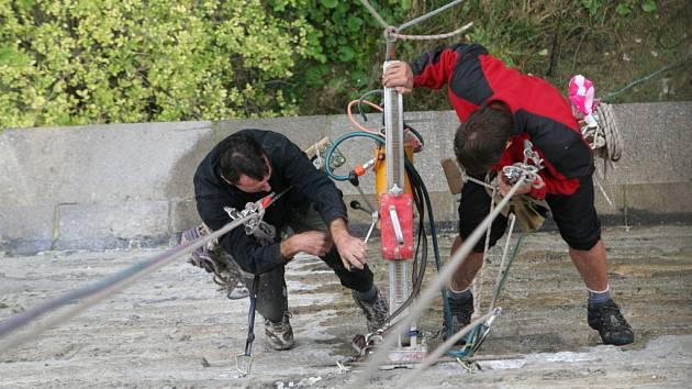 Specializovaná firma opravuje železniční most nad Dyjí