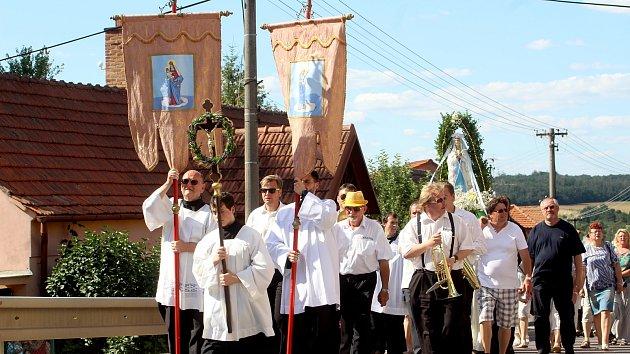 Církevní obřady ale také pouťová zábava. To vše patří k Hlavní pouti v Hlubokých Mašůvkách.