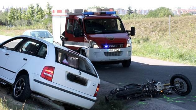 Nehoda motocyklisty a osobního auta na silnici mezi Kuchařovicemi a Znojmem.