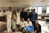 Členové znojemského Rotary kubu předali na transfúzní oddělení znojemské nemocnice skleničky, které nahradí plastové kelímky.
