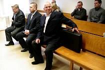 Před znojemským soudem stanuli ve středu znojemský exstarosta Zbyšek Kaššai, někdejší šéf strážníků Petr Kolouch a bývalý tajemník radnice Vladimír Krejčír. Čelí obžalobě ze zneužití pravomoci kvůli zahlazení špatného parkování.