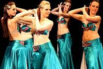 Stovka tanečnic rozvlnila své boky v přehlídce orientálních tanců.