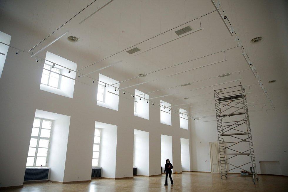 Rytířský sál prošel proměnou, ale to hlavní zůstává očím skryto. Je to náročná vzduchotechnika, která bude udržovat místnost vpřísných galerijních podmínkách, pro Muchova plátna.