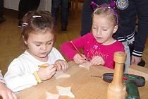 Desítku tvořivých dílniček vyzkoušelo během sobotního dopoledne v kulturním domě v Miroslavi několik stovek dětských návštěvníků tradičního vánočního stromu řemesel.