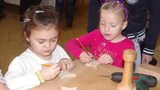 Tradiční Vánoční strom řemesel: Dívky vzaly dláta, kluci hnětli těsto