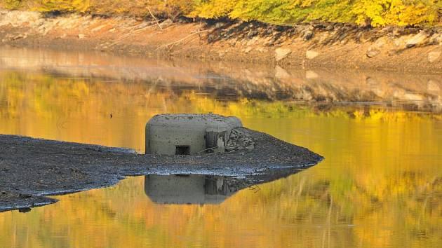 Část systému předválečného opevnění zatopila v polovině minulého století Znojemská přehrada. Přímo v kaňonu Dyje chránily pevnůstky ústí údolí bočních přítoků řeky.