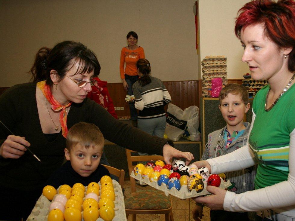 Chvalovické maminky začaly zdobit velikonoční vajíčka