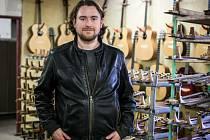Furch Guitars ve Velkých Němčicích nově umožňuje tvorbu vlastní originální kytary z výběrového dřeva.