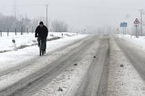 Pondělní ráno 14. ledna připravilo řidičům na Znojemsku horké chvilky v podobě zasněžených silnic.