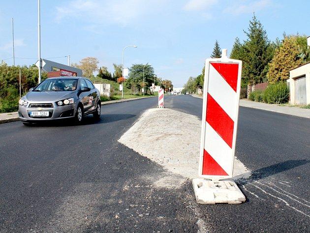 Na rozdíl od jiných silnic, kde řidiči na Znojemsku úpí a ničí si podvozky aut, dostala v těchto dnech nový, hladký asfaltový povrch ulice Suchohrdelská.