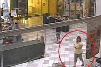 Poznáte ženu na fotografii? Policisté na Znojemsku potřebují určit její totožnost.