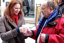 Prezident znojemského Rotary Klubu Lubor Veleba nabízí punč Pavlíně Prokůpkové.