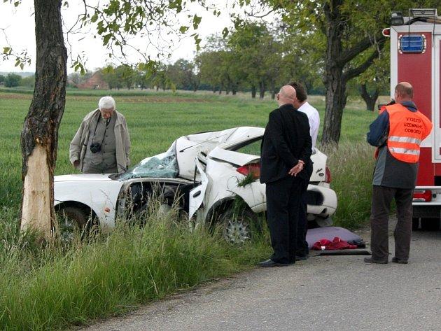 Mladá řidička Fordu Fiesta zahynula po nárazu do stromu na silnici třetí třídy mezi Znojmem a Načeraticemi.