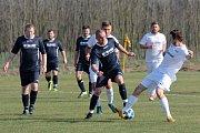 Díky proměněné penaltě porazili hrabětičtí fotbalisté (v bílém) B-tým Horních Kounic 1:0.