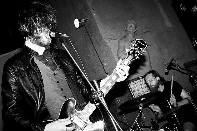 Jan Chlumský (vpravo) na koncertě kapely Queues. Jeho vášní je elektrická kytara.