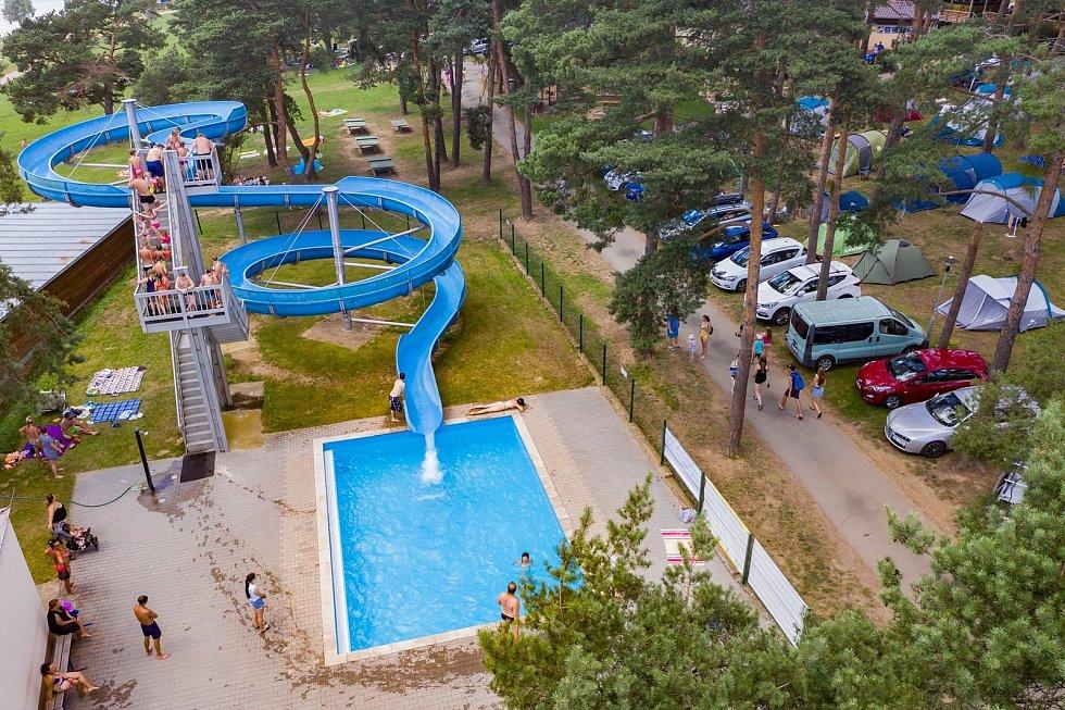 V blízkosti proslulé rekreační oblasti Vranovská pláž v Štítarech na Znojemsku má vyrůst velkokapacitní chov pro deset tisíc prasat. Obyvatelé i provozovatelé turistických služeb se bouří.