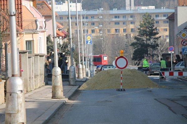 Na celý týden mají vodaři kvůli pokračující rekonstrukci vodovodu úřední razítko, že mohou zcela uzavřít křižovatku ulic Bolzanova a Legionářská.
