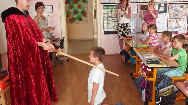 Druhý červnový týden byl v Moravském Krumlově a okolních vesnicích ve znamení pasování čtenářů. Akci organizuje již několik let krumlovská knihovna a je součástí projektu Národní pedagogické knihovny.