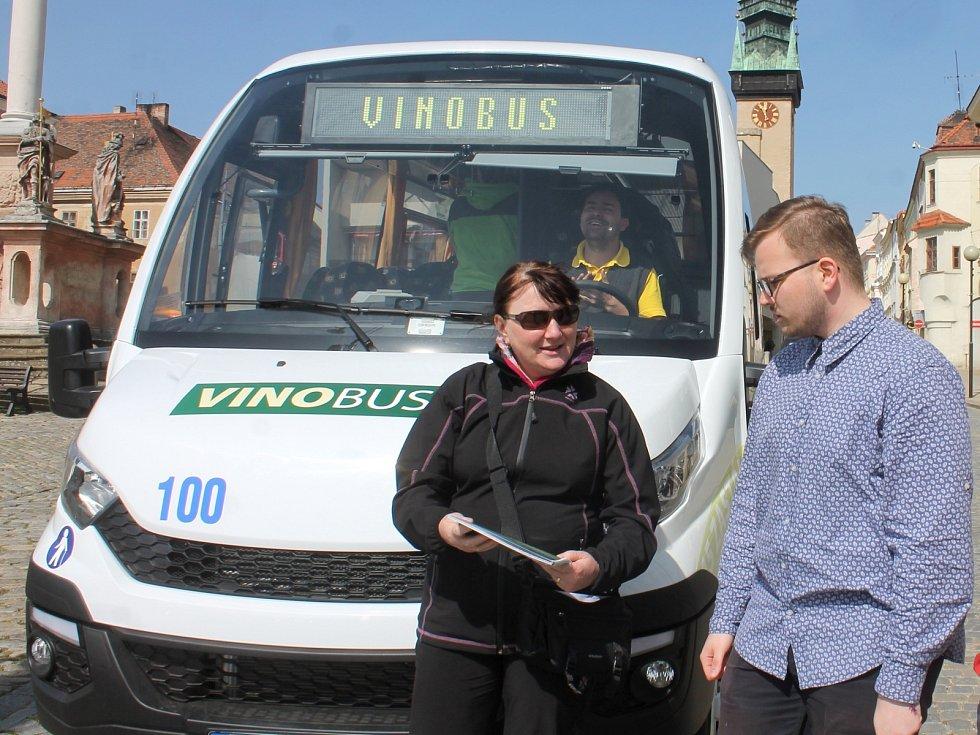 Turisty na Znojemsku vozí i Vinobus VOC Znojmo.
