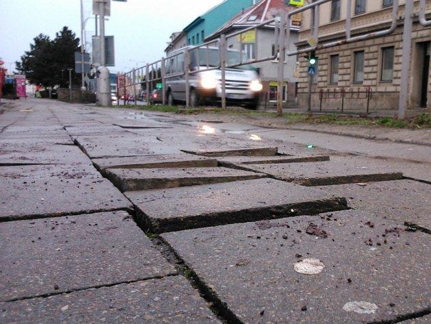 Na sídlišti u ulice Pražská je hned několik míst, kde jsou chodníky dlouhodobě ve velmi špatném stavu.