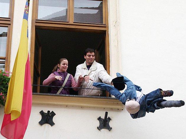 Nová generace pořádala happening před znojemskou radnicí. Lídr Vítězslav Klement při něm vyhodil z okna panáka Radovana, kterého označil za symbol korupce.