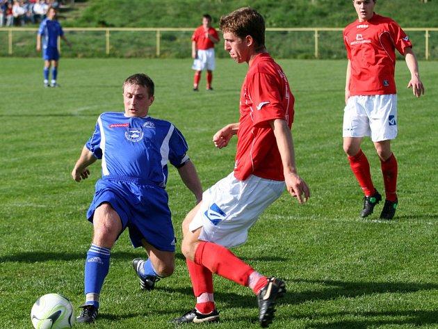 Hrušovanský Pavelčík (vlevo) v souboji o míč při utkání s Líšní.
