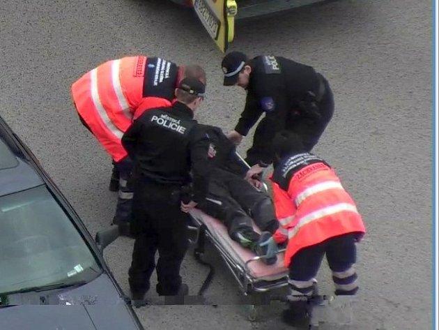 Znojemští strážníci poskytli muži se záchvatem první pomoc.